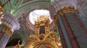 Gli interno della chiesa custode dei resti reali