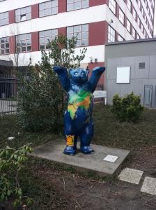 Orso Buddy: tra il 2001 e il 2002, circa 300 orsi sono stati distribuiti per le vie di Berlino in favore di un movimento a tutela dell'infanzia